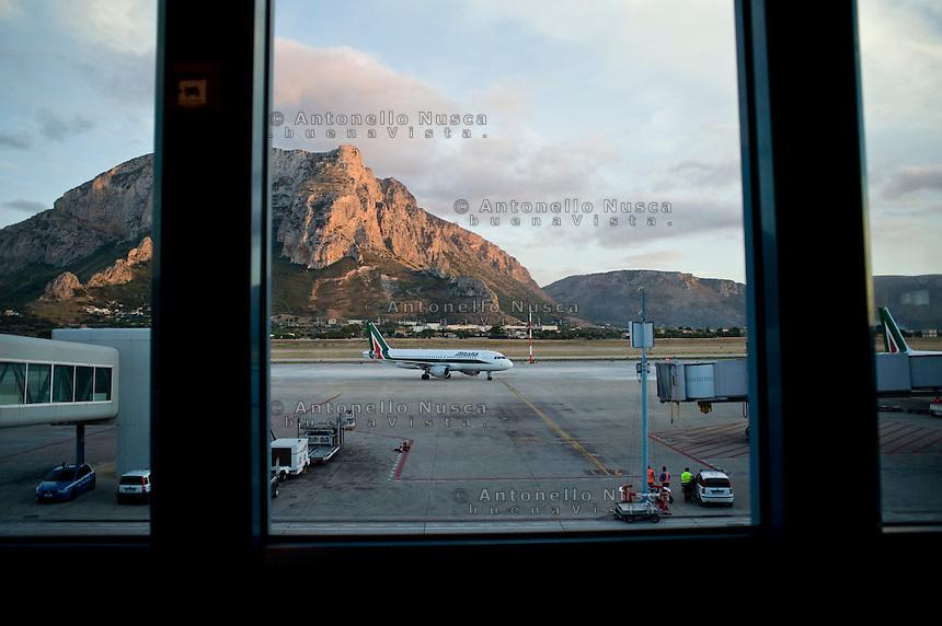 Aereo dell'Alitalia appena atterrato all'eroporto di Punta Raisi.