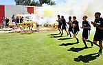 2018-07-15 / Voetbal / Seizoen 2018-2019 / Supporters groeten Lyra-Lierse op training / De spelers groeten de supporters maar die zijn druk bezig het vuur te doven dat ontstond door hun bengaals vuur<br /> <br /> ,Foto: Mpics