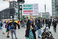 """Bundesweit demonstrierten am Samstag den 20. Juni 2020 in Deutschland mehrere tausend Menschen unter dem Motto """"Shut down Mietenwahnsinn – sicheres Zuhause für alle!"""" fuer eine soziale Wohnungspolitik. In Berlin (im Bild) forderten die Menschen bezahlbaren Wohnraum und die Enteignung des Immobilienkonzern """"Deutsche Wohnen"""". Von der """"Deutschen Wohnen"""" war einige Tage zuvor bekannt geworden war, dass er in Berlin 21 Haeuser und zwei weitere Haeuser in Dresden und Potsdam gekauft hat. Die Bewohner fuerchten nun massive Verdraengung durch Modernisierungen und Mieterhoehungen, fuer die der Konzern bekannt ist.<br /> 20.6.2020, Berlin<br /> Copyright: Christian-Ditsch.de<br /> NUR FUER REDAKTIONELLE ZWECKE! Werbung nur auf Anfrage beim Fotografen. [Inhaltsveraendernde Manipulation des Fotos nur nach ausdruecklicher Genehmigung des Fotografen. Vereinbarungen ueber Abtretung von Persoenlichkeitsrechten/Model Release der abgebildeten Person/Personen liegen nicht vor. NO MODEL RELEASE! Don't publish without copyright Christian-Ditsch.de, Veroeffentlichung nur mit Fotografennennung, sowie gegen Honorar, MwSt. und Beleg. Konto: I N G - D i B a, IBAN DE58500105175400192269, BIC INGDDEFFXXX, Kontakt: post@christian-ditsch.de<br /> Bei der Bearbeitung der Dateiinformationen darf die Urheberkennzeichnung in den EXIF- und  IPTC-Daten nicht entfernt werden, diese sind in digitalen Medien nach §95c UrhG rechtlich geschuetzt. Der Urhebervermerk wird gemaess §13 UrhG verlangt.]"""
