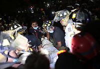 CMX01. CIUDAD DE MÉXICO (MÉXICO), 19/09/2017.- Rescatistas hallan el cuerpo sin vida de una persona en el área de unos edificios colapsados e intentan rescatar a gente con vida en Ciudad de México (México), hoy, martes 19 de septiembre de 2017, tras un sismo de magnitud 7,1 en la escala de Richter, que sacudió fuertemente el centro del país y causó escenas de pánico justo cuanto se cumplen 32 años de poderoso terremoto que provocó miles de muertes. Las autoridades mexicanas elevaron hoy a 139 las víctimas mortales del terremoto de magnitud 7,1 que sacudió con violencia el centro del país, mientras que los servicios de emergencia realizan labores de rescate en las zonas afectadas. EFE/Jorge Dan López
