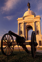 AJ2722, cannon, Gettysburg, battlefield, Gettysburg Military Park, Pennsylvania, Pennsylvania Memorial (a four-arched granite monument) and cannon in the early morning light on Cemetery Ridge at Gettysburg National Military Park in Gettysburg in the state of Pennsylvania.