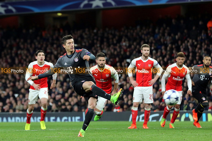 Robert Lewandowski scores Bayern Munich's opening goal from the penalty spot during Arsenal vs FC Bayern Munich, UEFA Champions League Football at the Emirates Stadium on 7th March 2017
