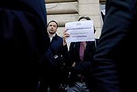 """Roma, 13 Novembre 2018<br /> Giornalisti mostrano il tesserino professionale e espongono cartelli con scritto """"qui abita uno sciacallo"""" durante un flash mob per denunciare gli attacchi politici contro la stampa, la libertà di informazione e i giornalisti da parte di esponenti del Governo ."""
