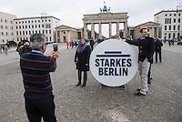 Praesentation der CDU-Kampagne fuer die Abgeordnetenhauswahl am 18. September 2016 in Berlin.<br /> Der CDU-Landesvorsitzende Frank Henkel stellte am Mittwoch den 6. April 2016 zusammen mit dem<br /> Wahlkampfleiter Kai Wegner und dem<br /> Kampagnenmanager Thomas Heilmann die Kampagne der Berliner CDU zur Abgeordnetenhauswahl vor. Konkrete Plakate mit Fotomotiven konnten nur eingeschraenkt gezeigt werden, da die CDU die Nutzungsrechte nicht erworben hat. So wurden den Journalisten nur Plakatideen und das Logo der Kampagne praesentiert.<br /> Im Bild: Touristen posieren mit dem Wahlkampflogo vor dem Brandenburger Tor.<br /> 6.4.2016, Berlin<br /> Copyright: Christian-Ditsch.de<br /> [Inhaltsveraendernde Manipulation des Fotos nur nach ausdruecklicher Genehmigung des Fotografen. Vereinbarungen ueber Abtretung von Persoenlichkeitsrechten/Model Release der abgebildeten Person/Personen liegen nicht vor. NO MODEL RELEASE! Nur fuer Redaktionelle Zwecke. Don't publish without copyright Christian-Ditsch.de, Veroeffentlichung nur mit Fotografennennung, sowie gegen Honorar, MwSt. und Beleg. Konto: I N G - D i B a, IBAN DE58500105175400192269, BIC INGDDEFFXXX, Kontakt: post@christian-ditsch.de<br /> Bei der Bearbeitung der Dateiinformationen darf die Urheberkennzeichnung in den EXIF- und  IPTC-Daten nicht entfernt werden, diese sind in digitalen Medien nach §95c UrhG rechtlich geschuetzt. Der Urhebervermerk wird gemaess §13 UrhG verlangt.]