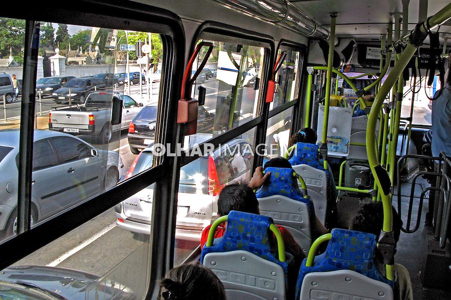 Transporte em onibus urbano. São Paulo. 2007. Foto de Juca Martins.