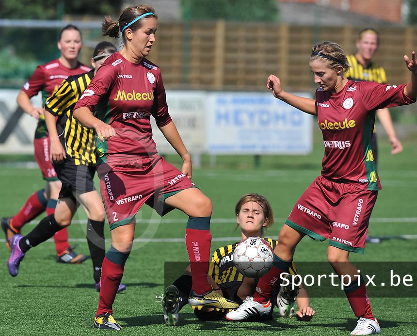 Dames Zulte - Waregem : duel tussen Helene Delebarre , Elodie Branquart en op de grond Evelien Stoffels Van Lierse.foto DAVID CATRY  / Vrouwenteam.be.