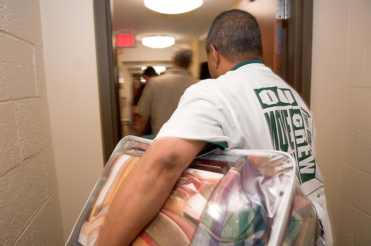 18352President McDavis greeting students during the freshman move in on Friday, August 31, 2007