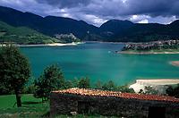 Italien, Latium, Castel di Tora und Colle di Tora am Lago del Turano in den Monti Carseolani | Italy, Lazio, Castel di Tora + Colle di Tora at Lago del Turano with Monti Carseolani mountains