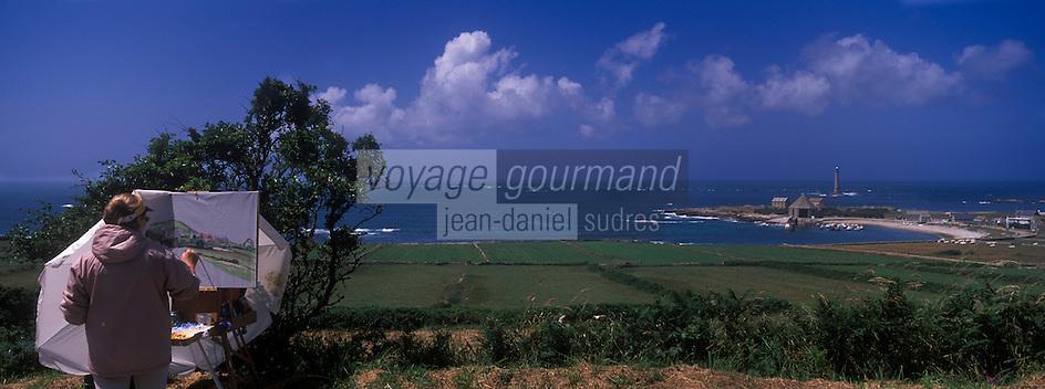 Europe/France/Normandie/Basse-Normandie/50/Manche/Presqu'île de la Hague/Goury: Femme peintre devant le port de Goury  et le phare du Cap de la Hague