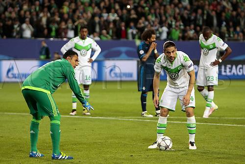 06.04.2016. Wolfsburg, Geramny. UEFA Champions League quarterfinal. VfL Wolfsburg versus Real Madrid.   Keylor Navas plays mind games on penalty taker Ricardo Rodriguez (Wolfsburg, 34)