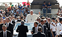 Papa Francesco saluta i fedeli al suo arrivo all'udienza generale del mercoledi' in Piazza San Pietro, Citta' del Vaticano, 3 giugno 2015.<br /> Pope Francis waves to faithful as he arrives for his weekly general audience in St. Peter's Square at the Vatican, 3 June 2015.<br /> UPDATE IMAGES PRESS/Isabella Bonotto<br /> <br /> STRICTLY ONLY FOR EDITORIAL USE