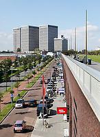 Nederland Rotterdam 2017 04 09. De Vierhavensstraat naast het Dakpark. Het Dakpark is een langgerekt park in Rotterdam-West. Het is op negen meter hoogte aangelegd op een oud spoorwegemplacement, dat is omgebouwd tot een winkelboulevard. Het Dakpark strekt zich over ongeveer een kilometer uit van het Hudsonplein tot vlakbij het Marconiplein. Het is ongeveer 85 meter breed. Bij de totstandkoming van het park is de inbreng van de bewoners van groot belang geweest. Het park is het resultaat van een bewonersinitiatief van zo'n 15 jaar geleden. Het project is mede gefinancierd met Europees geld en is in 2014 opengegaan. Berlinda van Dam / Hollandse Hoogte