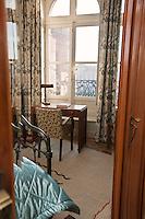 Europe/France/Midi-Pyrénées/31/Haute-Garonne/Toulouse: Hôtel de Charme: Le Grand Balcon Hôtel mytique des pionniers de l'aéropostale _ La Chambre  de Saint-Exupéry - Chambre  Numéro 32 avec sa vue sur la Place du Capitole