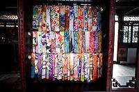 Wuzhen, Cina. Tessuti di seta esposti in un negozio nella citt&agrave; di Wuzhen.<br /> Silk scarf for sale in a shop in Wuzhen
