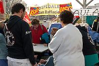 I lavoratori dell'ospedale San Raffaele in presidio permanente contro potenziali licenziamenti e modifica del contratto...The San Raffaele Hospital workers in permanent garrison against potential layoffs and changes pejorative of the employment contract.