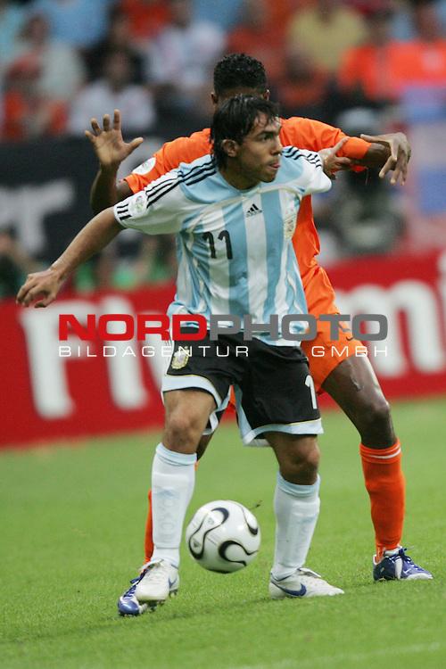FIFA WM 2006 -  Gruppe C Vorrunde ( Group C )<br /> Play     #37 (21-Jun) - Niederland ( Holland ) - Argentinien 0:0<br /> <br /> Carlos Tevez (vorne) von Argentinen in Einzel Aktion.<br /> Carlos Tevez mit seinem Schatten Giovanni Van Bronckhorst (hinten) von Niederlande.<br /> <br /> Foto &copy; nordphoto