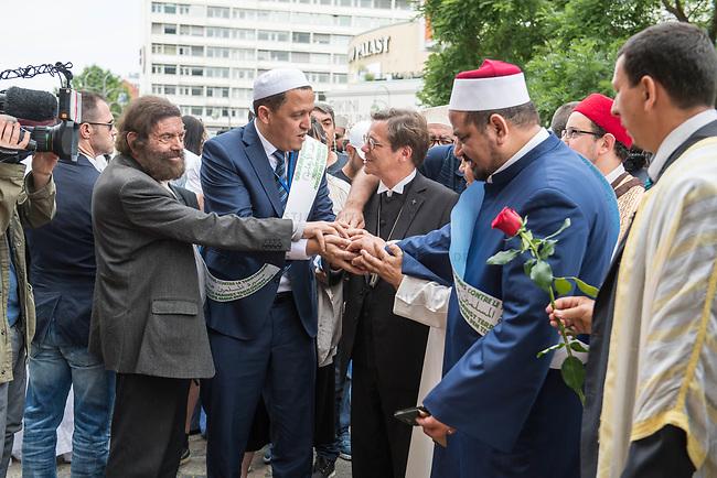 Der &quot;Marsch der Muslime gegen Terrorismus&quot; am Sonntag den 9. Juli 2017 in Berlin.<br /> Etwa sechzig Imame aus Frankreich und anderen europaeischen Laendern, darunter auch sechs Imame aus Berlin werden ab dem 9. Juli 2017 in europaeische Staedte fahren, wo es in den letzten Jahren besonders schwere islamistisch motivierte Terroranschlaege gegeben hat.In Berlin versammelten sie sich zusammen mit Mitgliedern der christlichen und juedischen Gemeinde an der Kaiser-Wilhelm-Gedaechtnis-Kirche in Berlin-Charlottenburg wo im Dezember 2016 einen Anschlag auf den Weihnachtsmarkt gegeben hatte.<br /> Der franzoesische Imam Hassen Chalghoumi aus dem Pariser Vorort Drancy engagiert sich seit vielen Jahren fuer ein friedliches Miteinander der Religionen, insbesondere im Verhaeltnis der Muslime zum Judentum. Zusammen mit seinem Freund, dem juedischen Schriftsteller Marek Halter, der seit Jahrzehnten in gleicher Weise engagiert ist hat er den &quot;Marche des musulmans contre le terrorisme&quot; initiert. Sie wollen nach Bruessel, Paris, St.-Etienne-du-Rouvray, Toulouse und Nizza und dort oeffentlich fuer die Opfer beten und gegen einen Missbrauch des Islam durch Terroristen und menschenfeindliche Gruppen eintreten.<br /> Die Evangelische Kirche Berlin-Brandenburg-schlesische Oberlausitz unterstuetzt das Anliegen der &quot;Marche des musulmans contre le terrorisme&quot;. Der Landesbischof Dr. Markus Droege hat an dem Gebet der Muslime auf dem Breitscheidplatz als Gast teilgenommen und einen Segen fuer die Teilnehmer ausgesprochen.<br /> Im Bild: 1.vl. Marek Halter; 2.vl. Imam Chalghoumi; 3.vl. Landesbischof Droege.<br /> 9.7.2017, Berlin<br /> Copyright: Christian-Ditsch.de<br /> [Inhaltsveraendernde Manipulation des Fotos nur nach ausdruecklicher Genehmigung des Fotografen. Vereinbarungen ueber Abtretung von Persoenlichkeitsrechten/Model Release der abgebildeten Person/Personen liegen nicht vor. NO MODEL RELEASE! Nur fuer Redaktionelle Zwecke. Don't publish without copyr