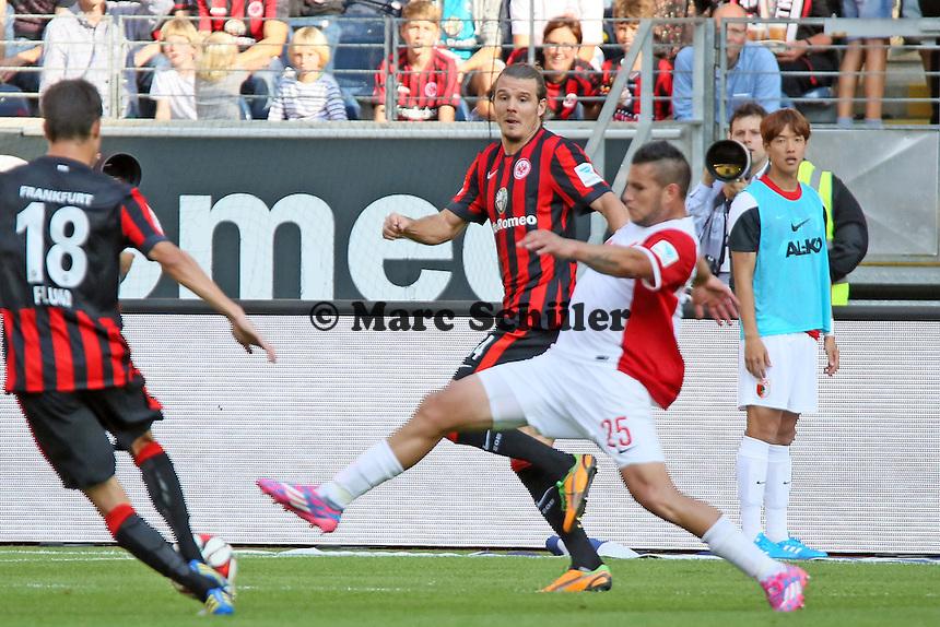 Raul Bobadilla (Augsburg) klaert gegen Alex Meier (Eintracht) - Eintracht Frankfurt vs. FC Augsburg, Commerzbank Arena