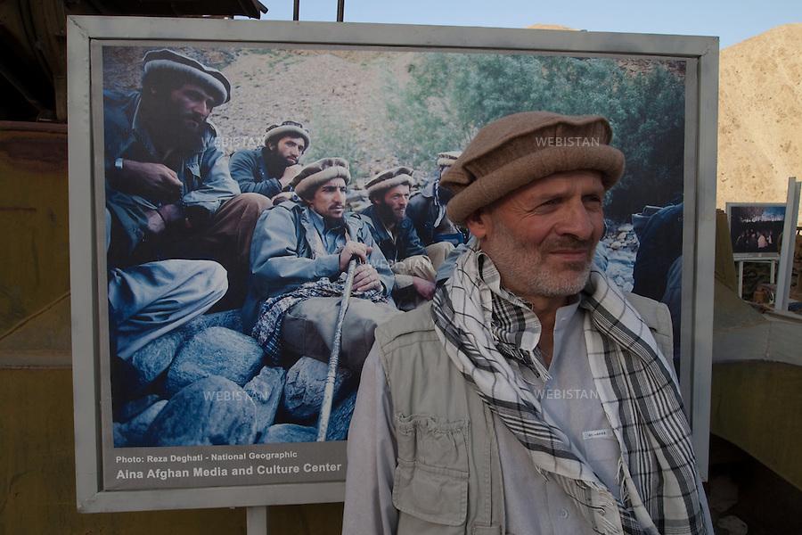 AFGHANISTAN - VALLEE DU PANJSHIR - 14 aout 2009 :.Exposition organisee par Reza sur le site du tombeau du commandant Massoud. Plus de cinquante photographies representant Massoud et ses hommes lors des guerres contre les russes puis les talibans etaient exposees autour des vestiges de tanks et de pieces d'artillerie russes pris par les moudjahidin lors de leurs assauts . .General de l'armee afghane, present aux cotes de Massoud (a sa gauche) sur la photographie exposee derriere lui. ..AFGHANISTAN - PANJSHIR VALLEY - August 14th, 2009: Exhibition organized by Reza at the site of Commander Massoud's tomb..More than fifty photographs of Massoud and his men taken during their fights against the Russians and the Taliban were exhibited amongst the vestiges of Soviet tanks and artillery seized by the mujahideen during their battles..General in the Afghan National Army stands before a photograph of Massoud (left).