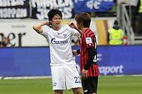Takashi Inui (Eintracht) und Atsuto Uchida (Schalke) tauschen die Trikots