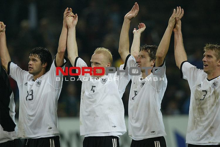 Laenderspiel EM 2004 Qualifikation<br /> Deutschland vs. Schottland 2:1<br /> Die Deutschen Spieler Michael Ballack, Carsten Ramelow,<br /> Frank Baumann und Marko Rehmer (v.l.n.r.:) feierten nach Spielende mit ihren Fans den Sieg ueber Schottland.<br /> Foto &copy; nordphoto - Ruediger Lampe<br /> <br />  *** Local Caption *** Foto ist honorarpflichtig! zzgl. gesetzl. MwSt.<br />  Belegexemplar erforderlich<br /> Adresse: nordphoto<br /> Georg-Reinke-Strasse 1<br /> 49377 Vechta