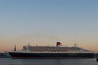 4415/ Queen Mary 2: EUROPA, DEUTSCHLAND, HAMBURG, (EUROPE, GERMANY), 09.11.2005: Am 09.11.2005 besuchte die Queen Mary 2 Hamburg, um bei Blohm & Voss Reparaturen durchzufuehren. Sie ist mit 345 m das groesste Passagierschiff der Welt. Durch zu niedrigen Wasserstand der Elbe, Tiedehafen, musste das Passagierschiff eine Nacht am Strandkai anlegen und auf die naechste Flut warten. Bei Sonnenaufgang ging die kurze Fahrt vorbei an Hamburgs Skyline