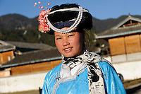 CHINA Yunnan Lugu Lake , ethnic minority Mosuo who are buddhist and women have a matriarch, Mosuo woman in traditional clothes / CHINA Provinz Yunnan , ethnische Minderheit Mosuo am Lugu See , die Mosuo sind Buddhisten und Mosuo Frauen ueben ein Matriarchat aus