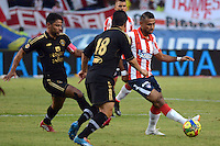 BARRANQUIILLA -COLOMBIA-10-AGOSTO-2014. Alvaro Dominguez  (Der) del Atletico junior  disputa el balon con Gerardo Bedoya de Fortaleza FC , partido de la Liga  Postobon cuarta  fecha disputado en el estadio Metroplitano.  / Alvaro Dominguez (R) of Atletico Junior dispute the ball with Gerardo Bedoya of Fortaleza FC, ??party Postobon League fourth round match at the Metropolitano stadium. Photo: VizzorImage / Alfonso Cervantes / Stringer