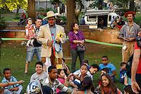 SAO PAULO, SP, 06 DE JULHO DE 2013. ARRAIAL DE SAO PAULO NO VALE DO ANHANGABAU. Apresentação de texto de cordel  para crianças durante o Arraial São Paulo no Vale do Anhangabaú que acontece neste final de semana no centro de São Paulo. FOTO ADRIANA SPACA/BRAZIL PHOTO PRESS