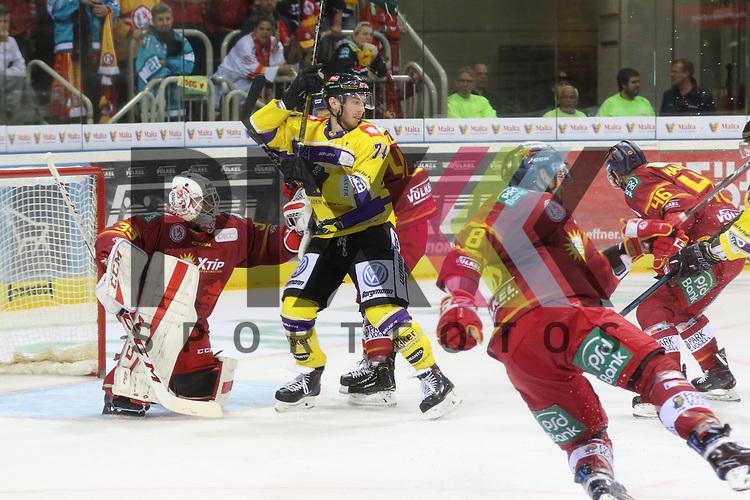 Krefelds VincentSaponari (Nr.74)  macht sich vor Duesseldorfs Goalie Mathias Niederberger (Nr.35)  breit beim Spiel in der DEL, Duesseldorfer EG (rot) - Krefeld Pinguine (gelb).<br /> <br /> Foto © PIX-Sportfotos *** Foto ist honorarpflichtig! *** Auf Anfrage in hoeherer Qualitaet/Aufloesung. Belegexemplar erbeten. Veroeffentlichung ausschliesslich fuer journalistisch-publizistische Zwecke. For editorial use only.