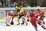 Krefelds Vincent&nbsp;Saponari (Nr.74)  macht sich vor Duesseldorfs Goalie Mathias Niederberger (Nr.35)  breit beim Spiel in der DEL, Duesseldorfer EG (rot) - Krefeld Pinguine (gelb).<br /> <br /> Foto &copy; PIX-Sportfotos *** Foto ist honorarpflichtig! *** Auf Anfrage in hoeherer Qualitaet/Aufloesung. Belegexemplar erbeten. Veroeffentlichung ausschliesslich fuer journalistisch-publizistische Zwecke. For editorial use only.
