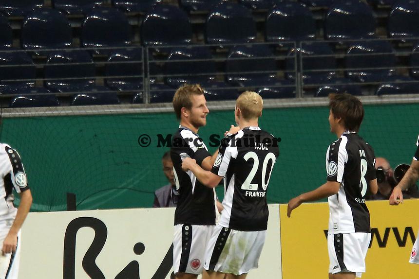 Torjubel Stefan Aigner (Eintracht) nach dem Tor zum 2:0 mit Sebastian Rode, Takashi Inui  - Eintracht Frankfurt vs. VfL Bochum, Commerzbank Arena, 2. Runde DFB-Pokal