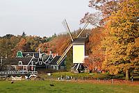 Nederland Arnhem 2015.  Standerdmolen in het Nederlands Openluchtmuseum. Links huizen uit de Zaanstreek. Foto Berlinda van Dam / Nederlandse Hoogte