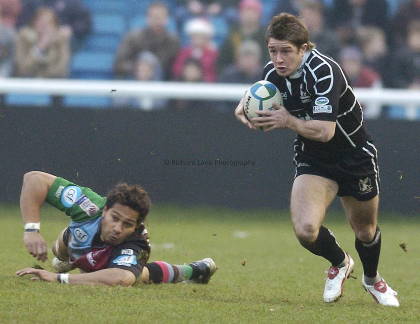 Photo: Alan Crowhurst..NEC Harlequins v Neath-Swansea Ospreys. Heineken Cup. 11/12/2004.  .Shane Williams attacks for Ospreys.