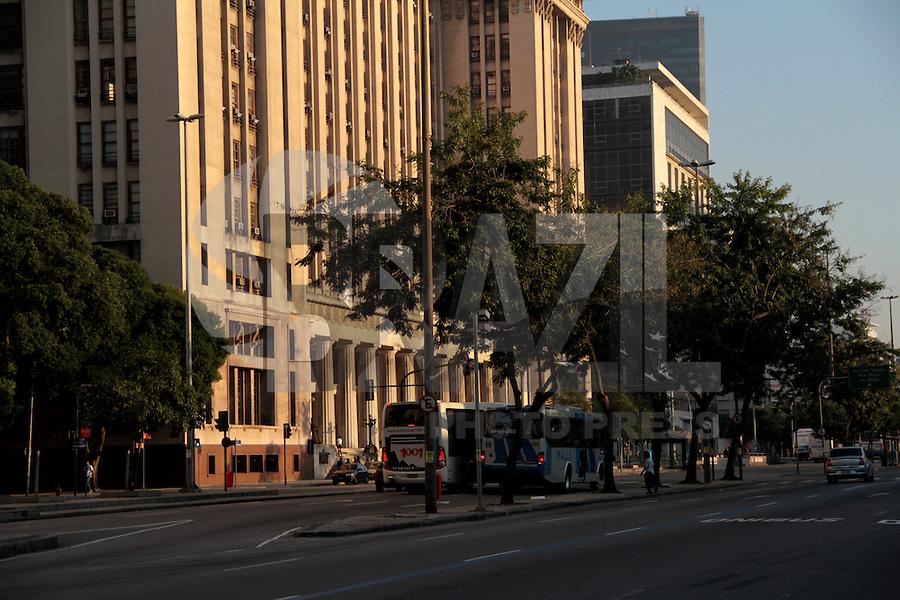 RIO DE JANEIRO; RJ; 19 DE JULHO 2013- Sexta-feira com sol, céu azul e temperaturas agradáveis pela manhã no centro da Cidade Maravilhosa. Os termômetros prometem chegar a 32 graus e manter o tempo bom ao longo do final de semana. FOTO: NÉSTOR J. BEREMBLUM - BRAZIL PHOTO PRESS.