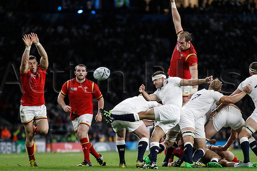 26.09.2015. Twickenham Stadium, London, England. Rugby World Cup. England versus Wales. Richard Wigglesworth of England clears his lines as Alun Wyn Jones and Dan Biggar of Wales attempt to block.   Final score: England 25-28 Wales.