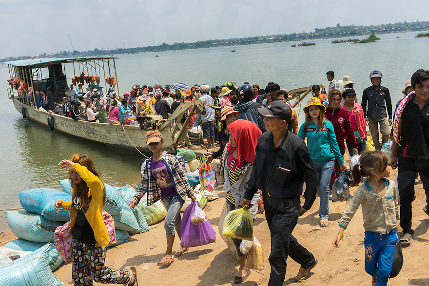 April 8, 2014 - Stung Treng (Cambodia). Local people desembark the ferry used to cross the Mekong river to reach Choeu Teal. © Thomas Cristofoletti