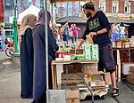 Krakow 2019-07-20. Kobiety w hidżabach kupujące pamiątki na Placu Nowym w Krakowie.