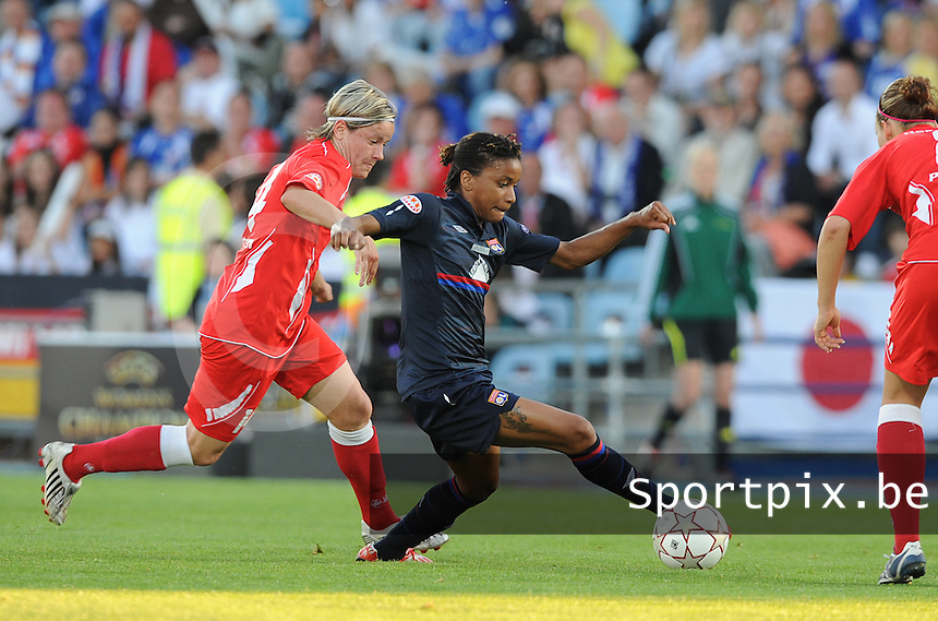 Uefa Women 's Champions League Final 2010 at  Coliseum Alfonso Perez in Getafe , Madrid : Olympique Lyon - Turbine Potsdam : Elodie Thomis aan de bal voor Jennifer Zietz (links).foto DAVID CATRY / Vrouwenteam.be