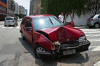 SAO PAULO, SP, 26 DEZEMBRO 2012 - TRASITO - ACIDENTE DE CARRO - Motorista perde o controle do carro e bate em posta na manha desta quarta-feira(26), na Rua Santo Antonio altura do numero 600 na região central de Sao Paulo, nao houve feridos.(FOTO: AMAURI NEHN / BRAZIL PHOTO PRESS).