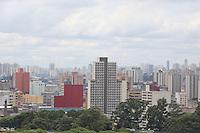 SAO PAULO, SP, 30.12.2013 - CLIMA TEMPO - Vista do centro da cidade de Sao Paulo na tarde dessa segunda-feira (30) inicia com céu nublado e sensação de calor na Capital paulista. Dados das estações meteorológicas automáticas do CGE registram temperatura média de 27ºC. Os percentuais de umidade relativa do ar oscilam entre 66% e 80%. (Foto: Vanessa Carvalho / Brazil Photo Press).