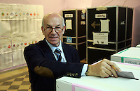 Il candidato premier de La Sinistra L'Arcobaleno Fausto Bertinotti depone le schede elettorali nelle urne di un seggio elettorale a Roma, 13 aprile 2008, in occasione delle elezioni politiche ed amministrative..Candidate Premier for La Sinistra L'Arcobaleno (The Left - The Rainbow) Fausto Bertinotti casts his ballot in a polling station in Rome, 13 aprile 2008. Italians are voting in local and political elections..UPDATE IMAGES PRESS/Riccardo De Luca