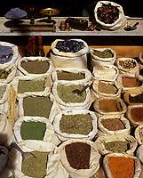 Europe/France/Provence-Alpes-Côte d'Azur/84/Vaucluse/Vaison-la-Romaine: Etal d'épices et d'herbes aromatiques sur le marché provençal