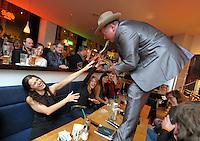 Lee Mayall the Sax Machine spielt am Samstag, 03.10.12, im Recklinghäuser Café Eckstein. Zehn Bands unterhielten Nachtschwärmer und Musikliebhaber in gut besuchten Kneipen der Recklinghäuser Altstadt.<br /> Foto: Rainer Raffalski / WAZ FotoPool