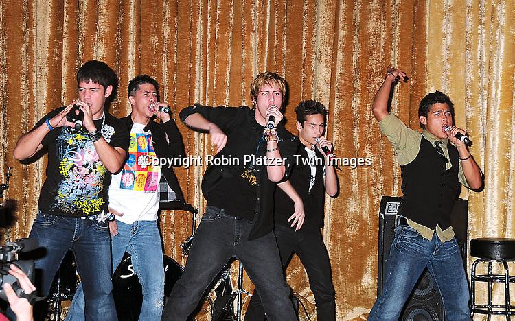 singing group New Menudo singing