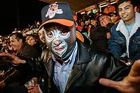 Aficionado de naranjeros con gorra y mascara de El Santo el enmascarado de plata, durante los juegos de Playoff de los Naranjeros en el estadio Hector Espino.