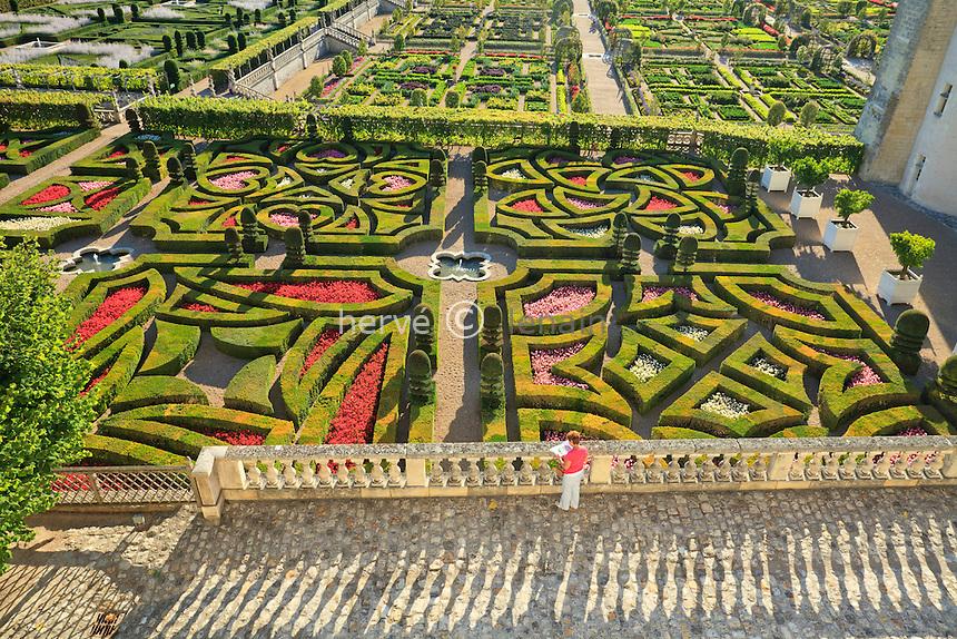 """France, Jardins du château de Villandry, en premier plan """"les Jardins d'Amour"""", (topiaires et bégonias) // France, Gardens of Villandry castle, in the foreground """"the Garden of Love"""" (topiary and begonias)"""