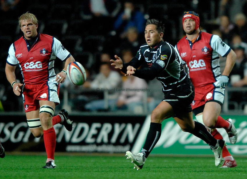 Photo: Richard Lane..Ospreys v Gloucester Rugby. EDF Anglo-Welsh Cup. 29/09/2006. .Ospreys' Gavin Henson passes.