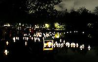 Nederland Amsterdam 2016 11 02. Allerzielen herdenking bij de grote vijver in het Vondelpark. Handgemaakte houten bootjes met kaarsjes en bloemen vormen een drijvende herinnering aan overleden dierbaren. Foto Berlinda van Dam / Hollandse Hoogte