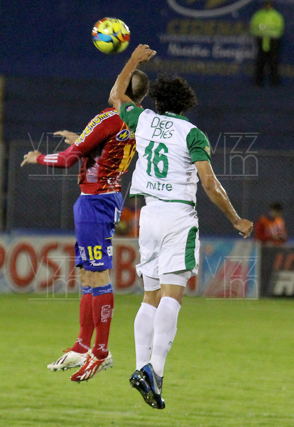 PASTO -COLOMBIA, 07-12-2013. Jorge Ramirez (Izq)  jugador del Deportivo Pasto salta por el balón con Nery Bareiro (Der) jugador del Deportivo Cali durante partido por la fecha 6 de los cuadrangulares finales de la Liga Postobón II 2013 realizado en el estadio La Libertad de Pasto./ Jorge Ramirez (L) player of Deportivo Pasto jumps for the ball with Nery Bareiro (R) player of Deportivo Cali during the match for the 6th date of final quadrangulars of the Postobon  League II 2013 played at La Libertad in Pasto city. Photo: VizzorImage/STR